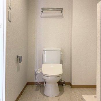 お向かいにはおトイレ。ウォシュレット付き。(※写真は3階の反転間取り別部屋のものです)