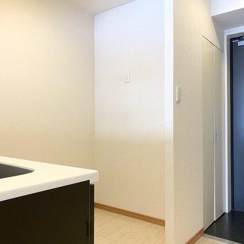 後ろは冷蔵庫だけじゃなく食器棚やキッチン家電も置けちゃうゆとりスペース。(※写真は3階の反転間取り別部屋のものです)