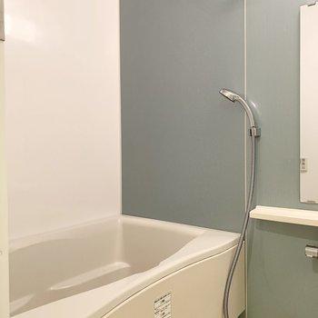 お風呂は絶妙な良いカラー!追焚き付きのゆったり湯槽です◎(※写真は3階の反転間取り別部屋のものです)
