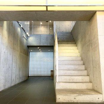 エントランスを入ってすぐある、こちらの階段を上ると素敵なロビー。