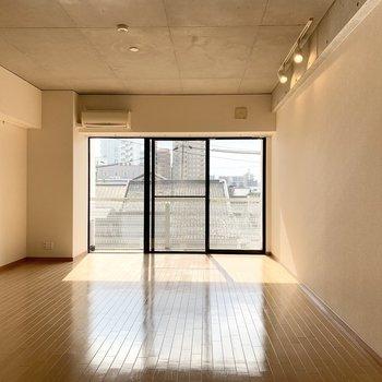 開口部はとっても大きなサイズ◎お日様が気持ちいい窓辺ですね。(※写真は3階の反転間取り別部屋のものです)