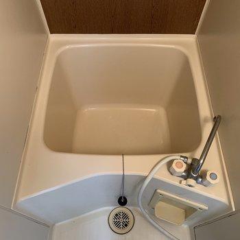 浴槽は深さはあるけど、ちょっと狭いかな…