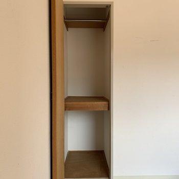 クローゼットは足りないかも。お部屋に棚をプラスして見せる収納を