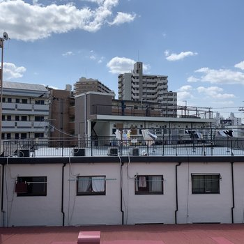 眺望は近隣の住宅街。青空きれい〜。