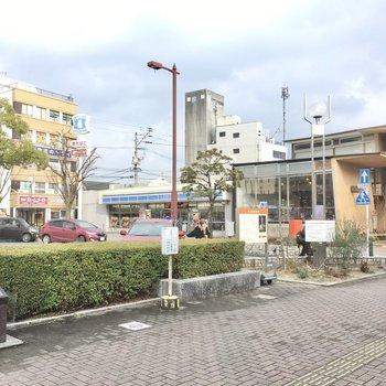 駅前にはコンビニ、スーパー、ドラッグストアもあります。
