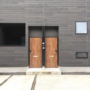ウォールナットのドアが素敵。