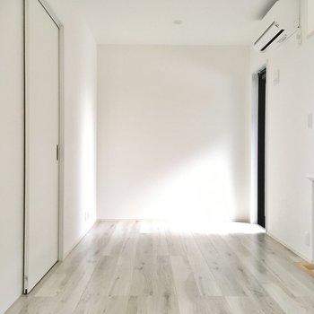階段降りて洋室へ。壁側にテレビを置いて、対に小さめソファを。