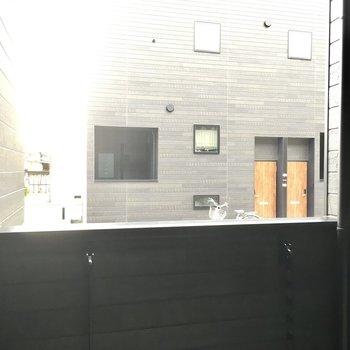 1階ですが道路よりすこし高くなっています。お隣さんとは距離がありますが気になる方はカーテンを。