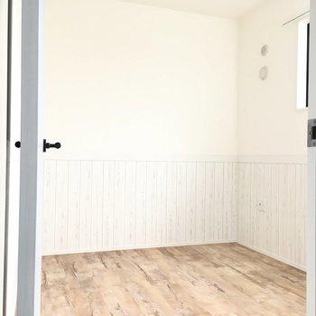 ドアの先は3.8帖の洋室。