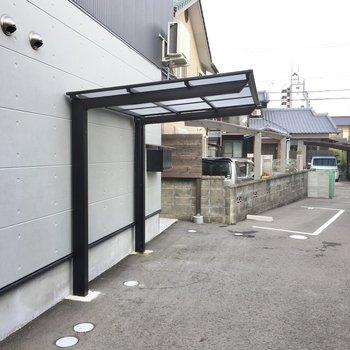 自転車置き場は屋根付き。
