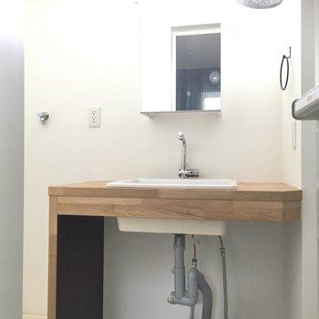洗面台もかわいい◎鏡の裏は収納になっています。