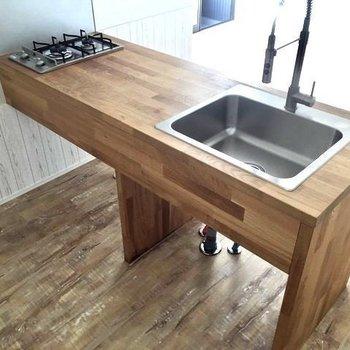 キッチンは木目の2口コンロ。作業スペースもしっかり確保。