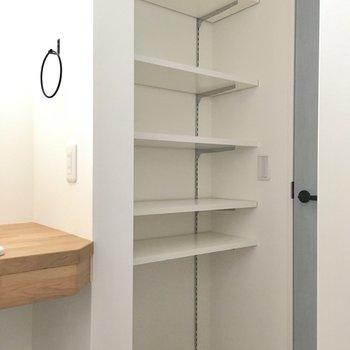 入ってすぐ可動式の棚。