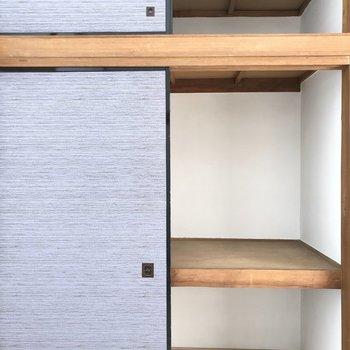 【洋室約4.5帖】奥行きがあるので棚も入れられますよ。