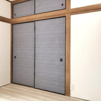 【洋室約4.5帖】壁の長押には、ハンガーなども掛けれるようになっているんですよ。