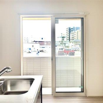 リビング横には窓があって手元も明るくなります。