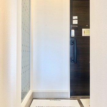 玄関は2人でちょうどいいくらいの広さです。