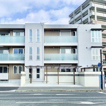 3階建ての新築アパートです。