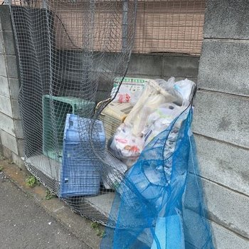 ゴミ置き場は建物を出てすぐにありました。