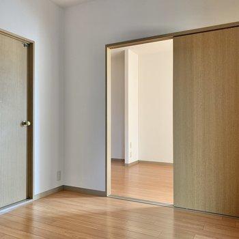 【洋室】収納側から振り返った図。左のドアが玄関につながっています。
