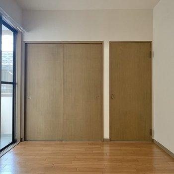 【洋室】まずは洋室から。こちらも窓が大きくて明るいです。