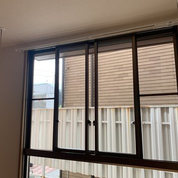 【LDK】窓は両脇の部分が開けられます。室内洗濯竿受けは取り外し可能。