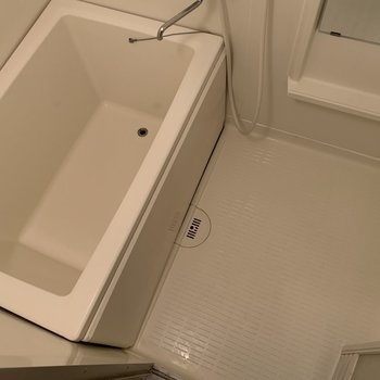 洗い場と浴槽は同じくらいの大きさです。