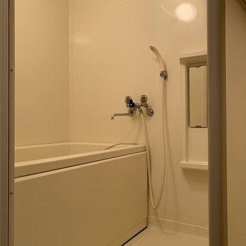 お風呂場はシンプルで清潔感あり。ハンガーバーが2本。