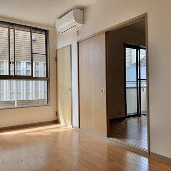 【LDK】洋室がチラ見え。窓の隣のドアは収納です。