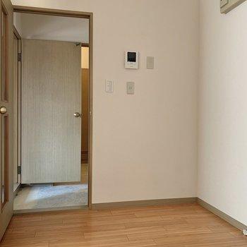 キッチンの左側には家電が置けそうなスペースが。