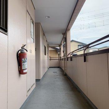 1番奥が今回のお部屋です。共用廊下も綺麗に使われていますね。