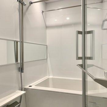 大きめの鏡で洗顔もしやすいバスルーム。浴室乾燥機付です。