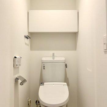 棚には予備のトイレットペーパーが収納できます。