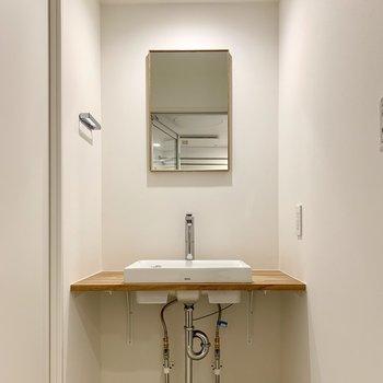 剥き出しの配管がかっこいい洗面台。