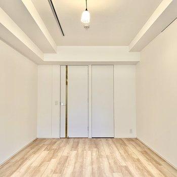 ラグやクッションをグリーンなど明るい色にすると、お部屋がパッと明るくなります。