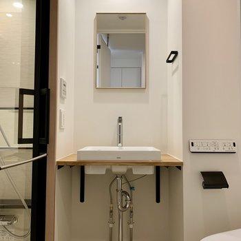 剥き出しの配管がかっこいい洗面台。。※写真は1階の同間取り別部屋のものです