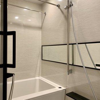 大きな鏡で洗顔もしやすいバスルーム。浴室乾燥機です。。※写真は1階の同間取り別部屋のものです