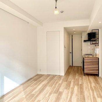 木の温もりを感じるナチュラルな空間。※写真は1階の同間取り別部屋のものです