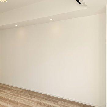 お部屋を照らすのはダウンライトと、。※写真は1階の同間取り別部屋のものです