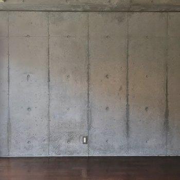 壁一面、コンクリート打ちっ放し