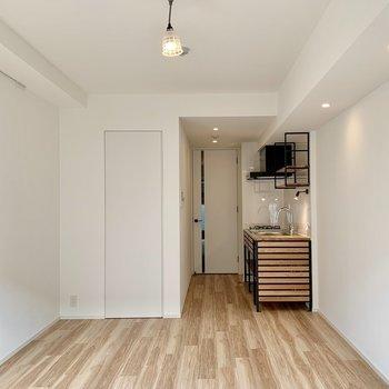 グリーンなど明るめのラグを敷くと、お部屋がパッと明るくなります。。※写真は1階の同間取り別部屋のものです