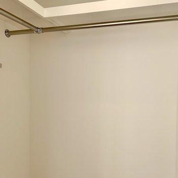 ハンガーポールに丈の長い服も掛けられます。※写真は1階の同間取り別部屋のものです