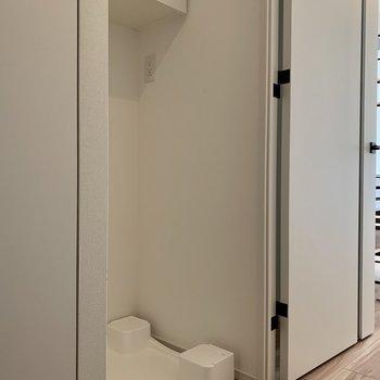 洗濯機置場は玄関側にあります。。※写真は1階の同間取り別部屋のものです