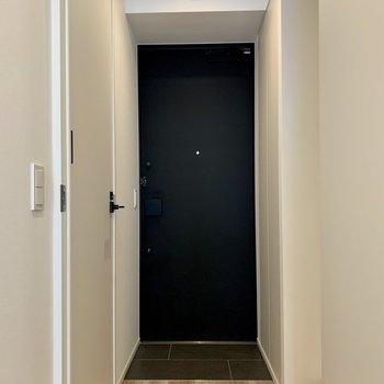 玄関は段差がないので、躓くこともなさそう。。※写真は1階の同間取り別部屋のものです