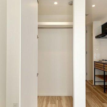収納はウォークインクローゼット。。※写真は1階の同間取り別部屋のものです