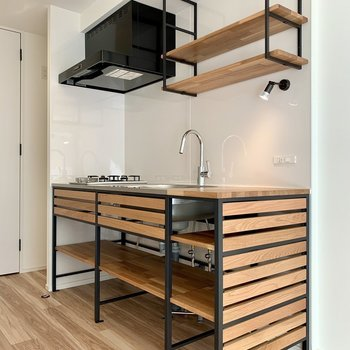 キッチン上下の収納には調味料や調理器具を。。※写真は1階の同間取り別部屋のものです