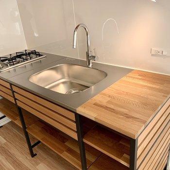 二口コンロに作業スペースもしっかり。料理が捗ります。。※写真は1階の同間取り別部屋のものです