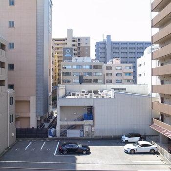 眺望はマンションやビル。空が少しだけ見えます。