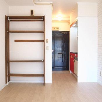 家具は最小限に。写真左のシェルフは残置物です。