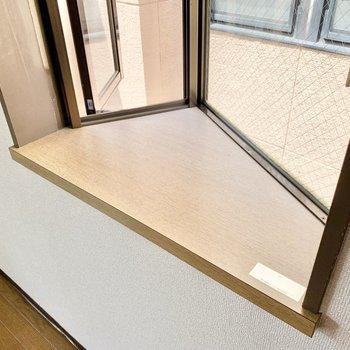 出窓には物置きスペースが。花瓶や観葉植物を置いてみても良いかも。
